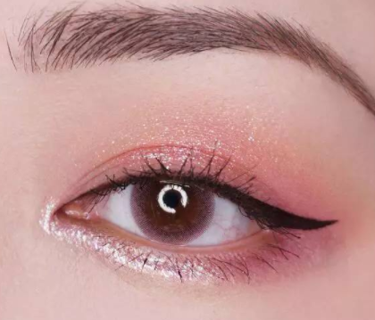 想要blingbling的眼妆吗?教你正确涂亮片眼影!